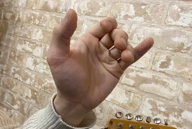 手が開いていない状態(Cコード)